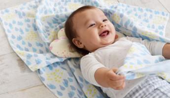 コンテックスのベビーケットと上に赤ちゃん