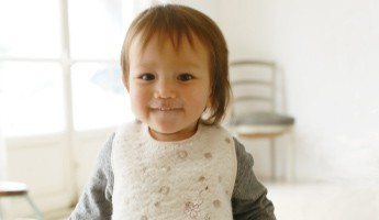 kontexのスタイを着る赤ちゃん
