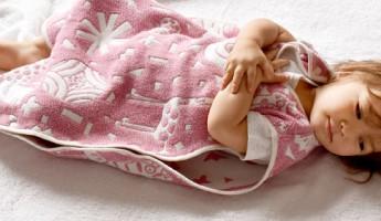 スリーパーにくるまる赤ちゃん